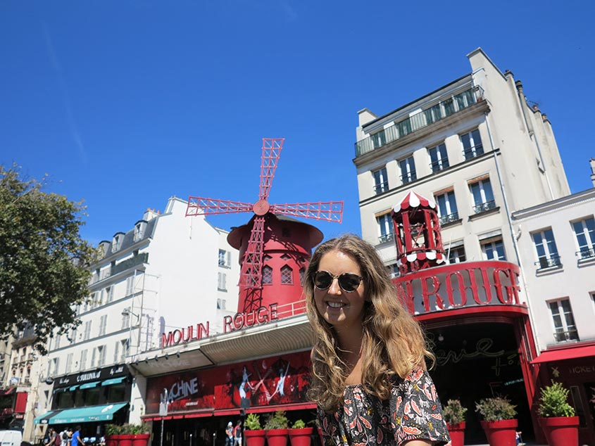 Girl on the move: Agnès voor de Moulin Rouge in Parijs