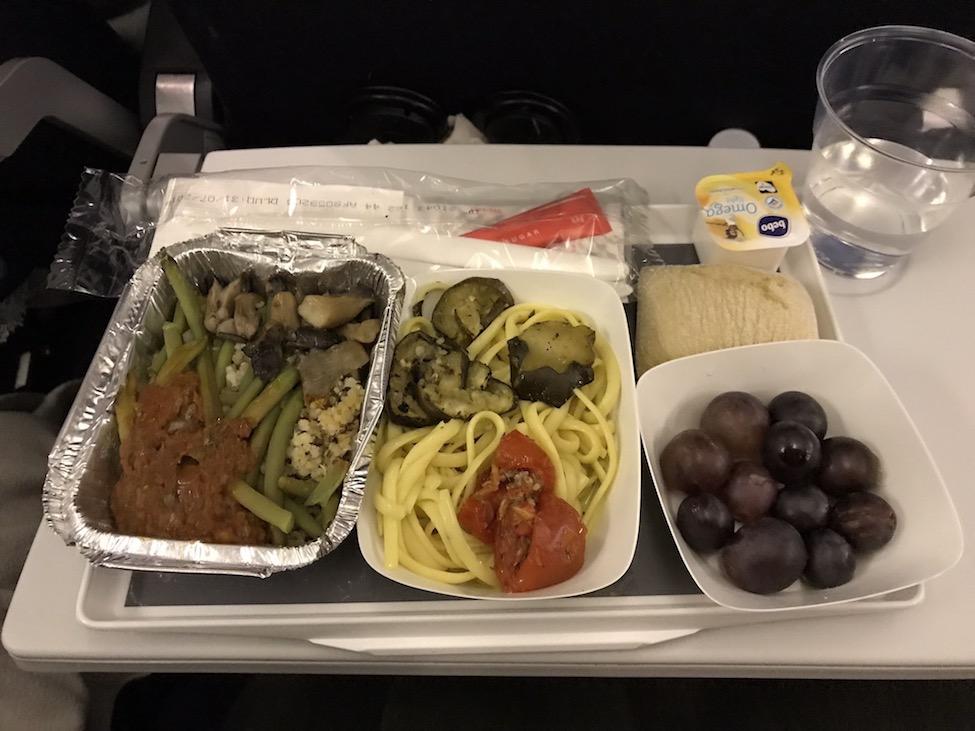 Vegan eten in het vliegtuig: een vegan maaltijd bij KLM vlucht