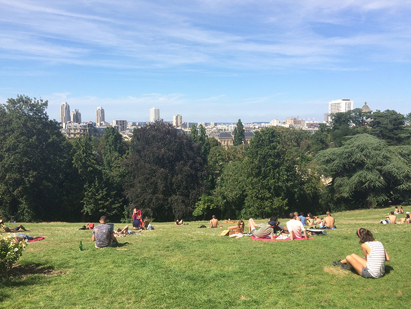 Tips voor een goedkoop weekend Parijs: het Parc des Buttes - Chaumont biedt prachtig uitzicht over de stad.
