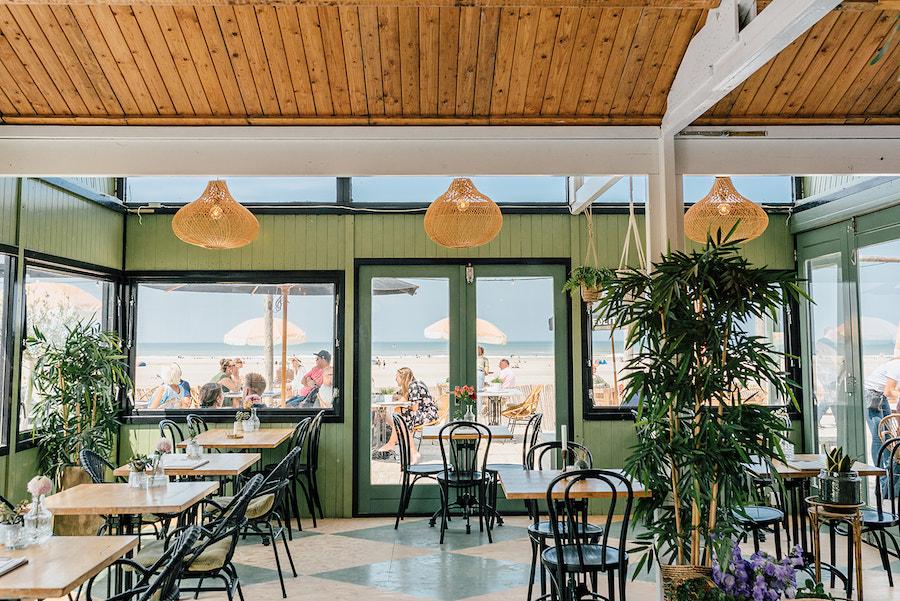 Flexwerkplek op het strand bij beachclub Birds Kijkduin
