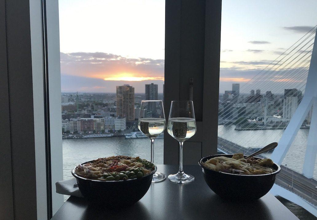 Hotel Nhow Rotterdam: avondeten met uitzicht op de Maas en skyline