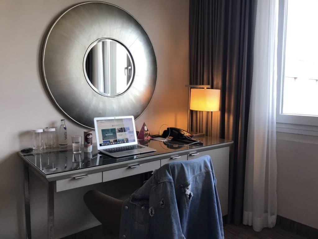 Het bureautje op de kamer van Crowne Plaza City Berlin