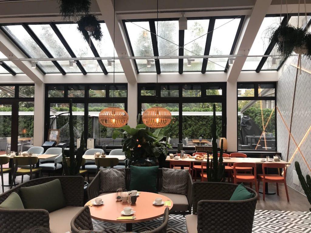 De ruimte waar het ontbijtbuffet wordt geserveerd.