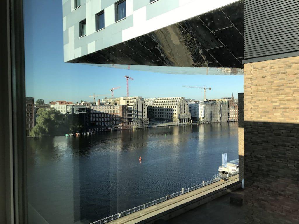 Het uitzicht vanaf onze kamer in Nhow Berlin