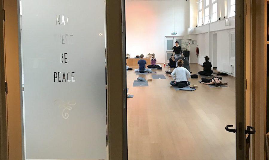 Yin Yoga in Amsterdam: de fijnste yogascholen