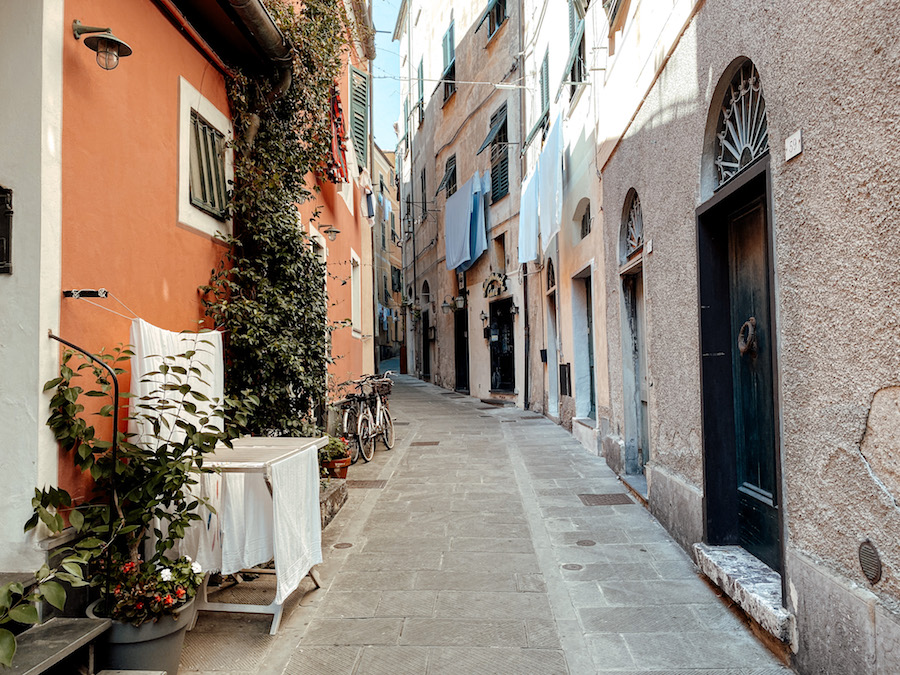 Kleine straatjes in Levanto, Italië