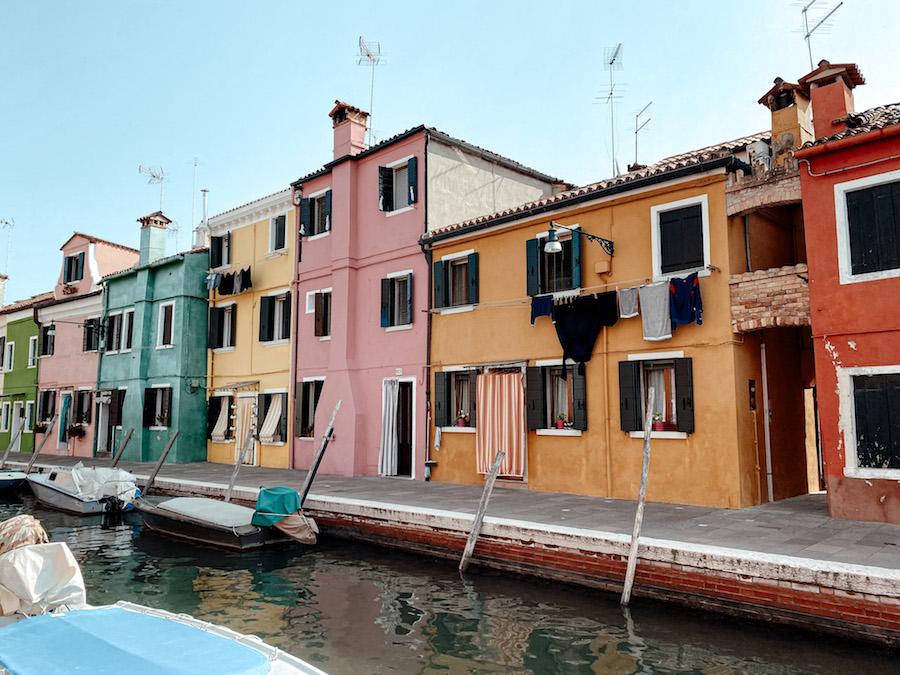 Een kleurrijke straat in Burano, Venetië, Italië