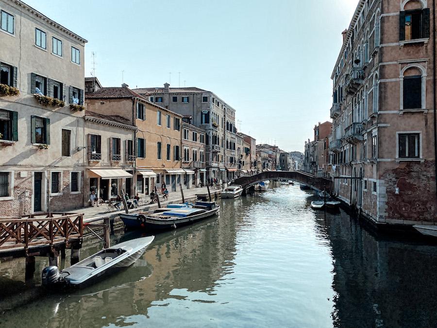 Een rustige straat in Venetië, Italie.